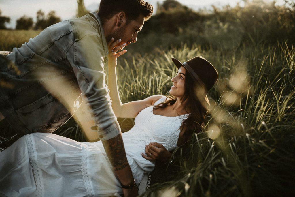 wedding photographer austria vorarlberg couple grass