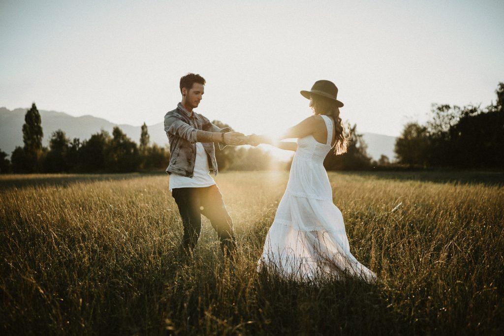 sunset wedding photography tirol couple dancing
