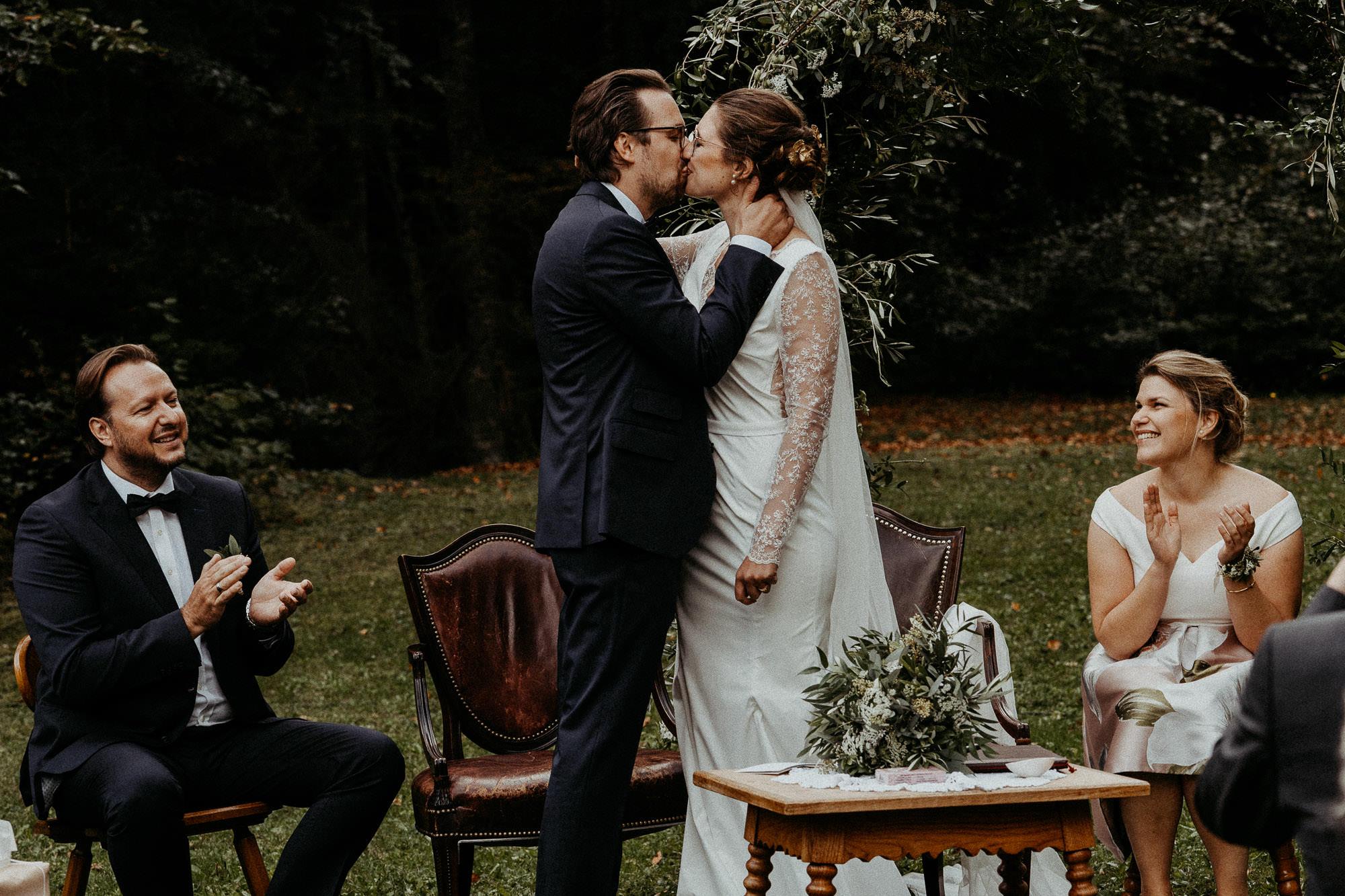 hochzeitsfotograf schweiz hochzeit villa maund kuss
